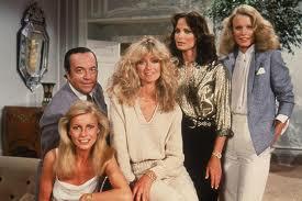 Del reparto original solo aguantaron hasta el final David Doyle y Jaclyn Smith (tercera desde la izquierda), más la voz de John Forsythe
