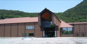 El Fukushima Prefectural Muesum Of Art se sitúa al lado del monte Shinobu