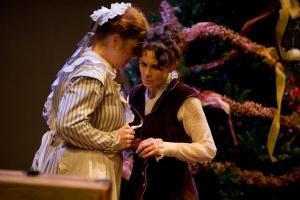 Silvia Marsó (a la derecha) encarna a la protagonista, Nora Helmer
