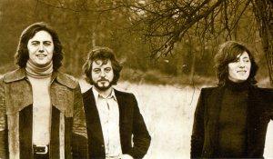 A principios de los sesenta tocaba la guitarra en la banda Crash (en el centro), que hacía versiones de grupos como The Beatles