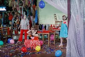"""El escenario de """"Los santos inocentes"""" es como el de un guateque de fin de año/ Photo Credist: Mapa Teatro"""
