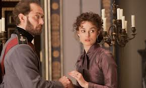 Jude Law, notablemente envejecido, actúa como el esposo de la protagonista