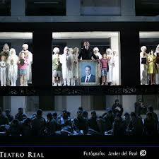 El montaje desarrolla la acción en un inmueble de falso cemento/ Photo Credits: Teatro Real
