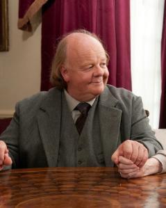 El veterano Roger Ashton-Griffits es otro de los actores que colaboran en la película