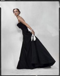 Evelyn Tripp con un vestido de Dior, fotografía para la edición americana de Vogue, noviembre de 1949/ Photo Credits: The Estate of Erwin Blumenfeld