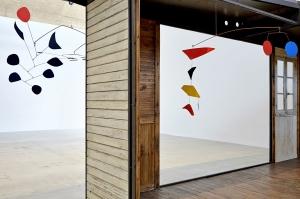 Las esculturas móviles de Calder se conjuntan a la perfección con los muebles de Prouvé/ Photo Credits: Thomas Lannes y Gagosian Gallery