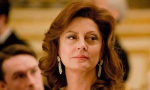 Susan Sarandon también colabora en el reparto, en la fisonomía de Florence Aadland